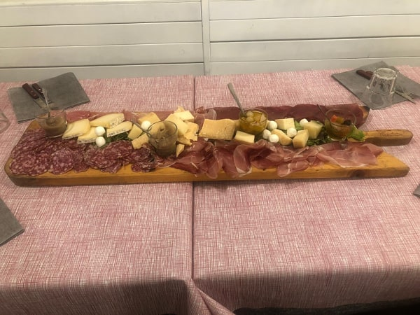 http://pizzeriavalgrande.com/wp-content/uploads/2019/05/AntipastiTagliereSalumiFormaggi.jpg
